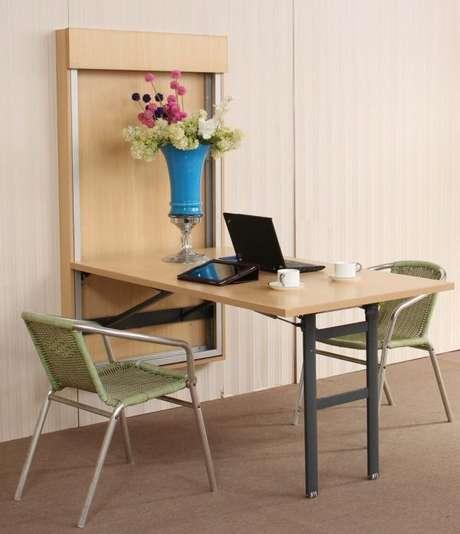 40. Mesa dobrável de parede para escritório com duas cadeiras