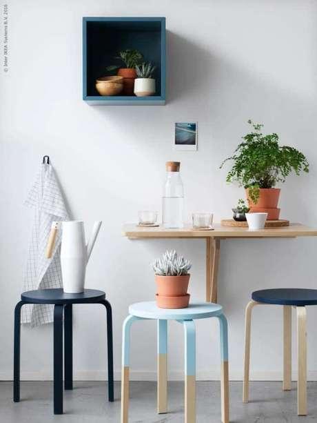 9. Mesa dobrável de parede com decoração e banquetas coloridas