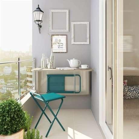 32. Mesa dobrável de parede com espaço para guardar bancos