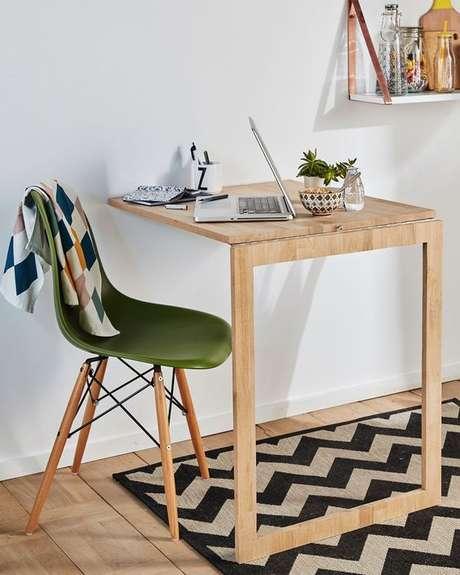 52. Mesa dobrável de parede com poltrona colorida