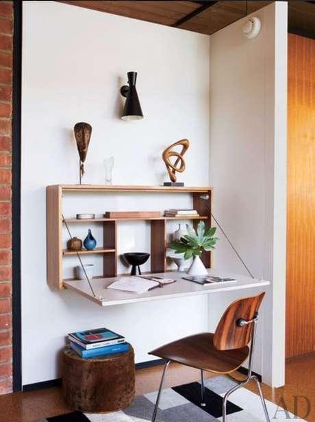3. A mesa dobrável de parede pode ter prateleiras pra guardar itens importantes para seu trabalho ou para decorar o espaço.