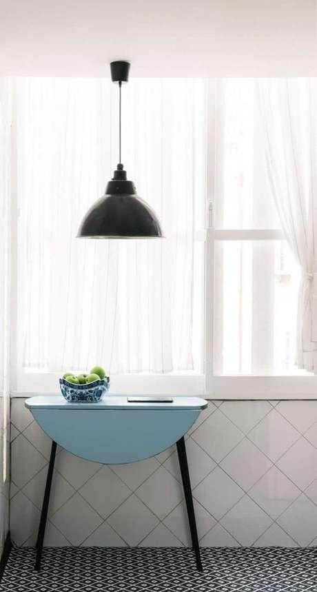 56. Mesa dobrável de parede azul para ambientes pequenos