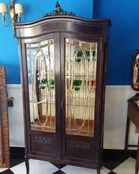 5. A cristaleira antiga é o modelo perfeito para decorar ambientes com estilo clássico – Foto: Phoenix Home Decor