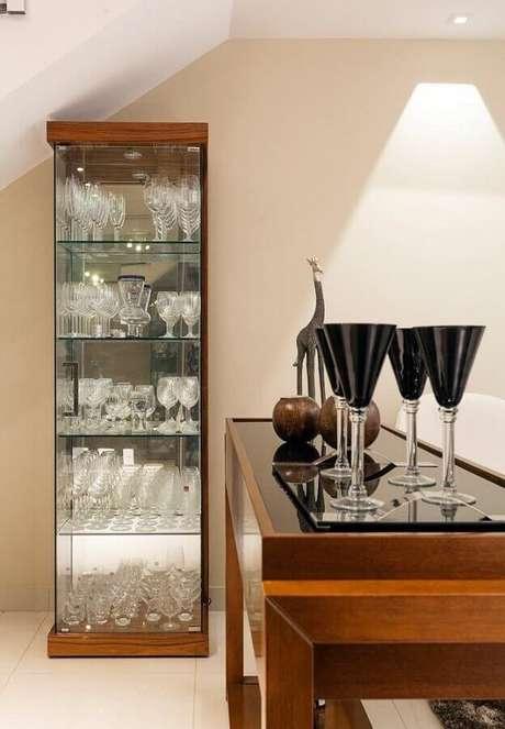 62. Modelo de cristaleira de vidro e madeira para decoração moderna – Foto: Laura Santos