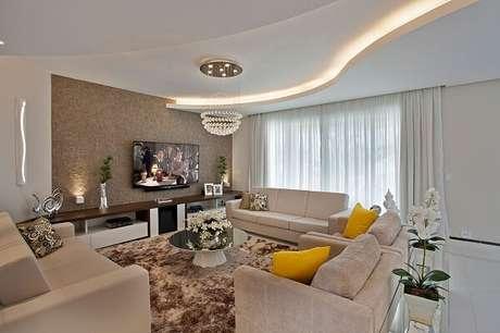 2. Moldura de gesso curva complementa a decoração da sala de estar. Fonte: Ideias Decor
