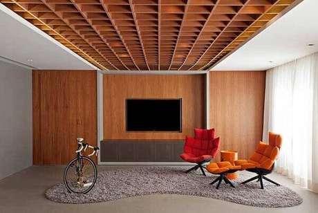 3. A moldura de gesso foi mesclada com estrutura de madeira natural. Fonte: Pinterest