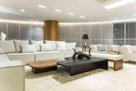 1. Mescle três tipos de sanca, moldura de gesso, no ambiente de sala de estar. Projeto por Renato Teles