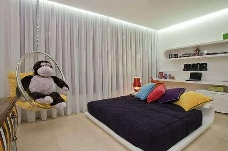 11. O tipo de sanca, moldura de gesso invertido deixa o quarto moderno mais interessante. Projeto por Brandão e Varizo