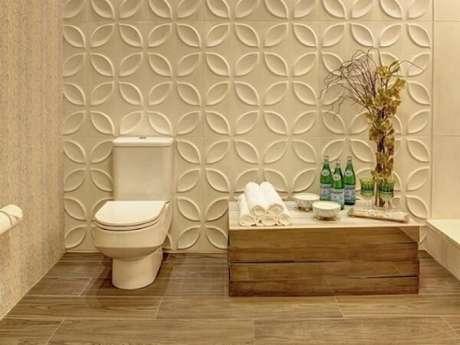 32. Painel de gesso complementa a decoração do banheiro. Projeto por Mariana Arnellas