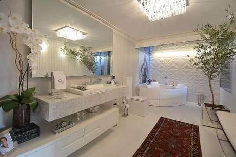 33. Painel de gesso para banheiro encanta a decoração do ambiente. Projeto por Mariana Arnellas