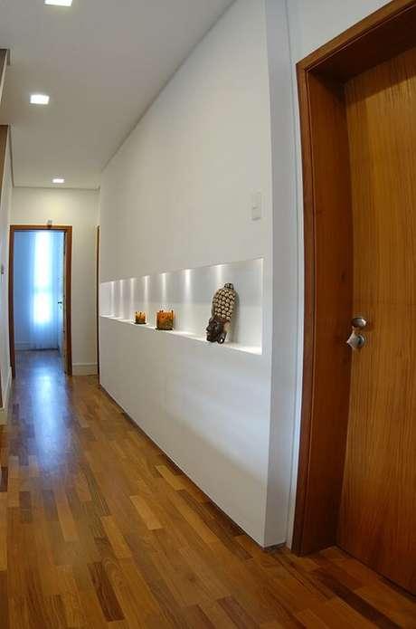 34. Parede com nicho feito de gesso e piso de madeira. Projeto por Monica Spada Durante