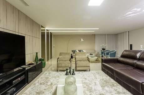 39. Sala de estar com recorte no teto feito com moldura de gesso. Projeto por Janaina Naves Design & Arquitetura