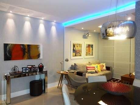 5. Sala de estar e jantar integradas com iluminação branca e azul. Fonte: Pinterest
