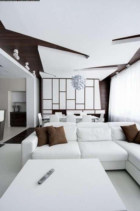 20. Sala de estar e jantar moderna com teto feito com moldura de gesso trabalhado. Fonte: Vladimir Malashonok