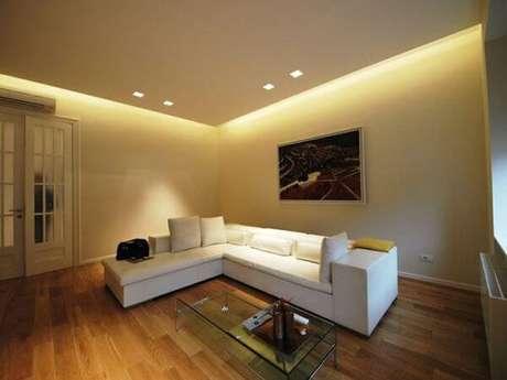 42. Sala de estar simples decorada com moldurade gesso. Fonte: Pinterest