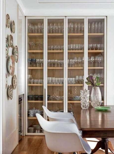 68. Modelo grande de cristaleira branca com prateleiras de madeira para sala de jantar – Foto: Elizabeth Martins