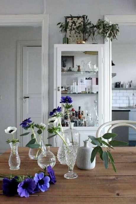 67. Decoração para sala de jantar com cristaleira branca e mesa de madeira – Foto: BV Magazine