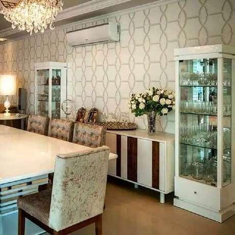 71. Sala de jantar decorada com papel de parede e cristaleira branca – Foto: Adriana Piva Arquitetura