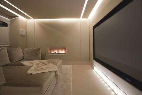 43. Sala de TV commoldura de gesso e iluminação embutida. Fonte: Pinterest