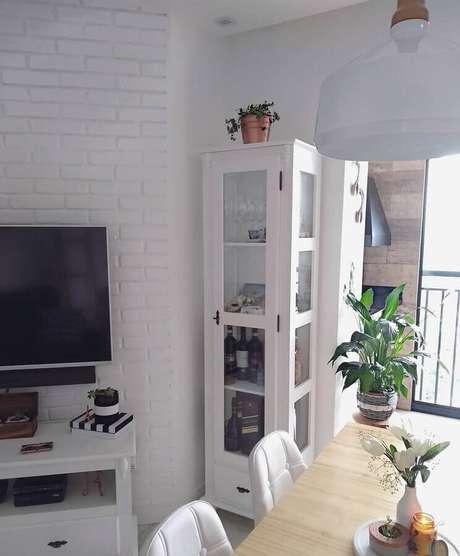 73. Sala decorada com cristaleira branca pequena – Foto: 105 Baltic Place