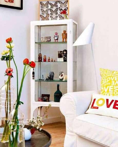 74. Sala de estar decorada com cristaleira pequena branca – Foto: Tudo Especial