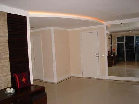 44.Moldura de gesso decora o ambiente de hall de entrada da casa. Projeto por Stanys de Almeida