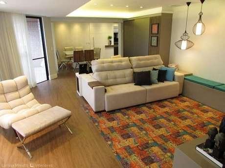 51. Sofá claro, tapete colorido e teto com moldura de gesso encantam a decoração da sala de estar. Projeto por Larissa Minatti