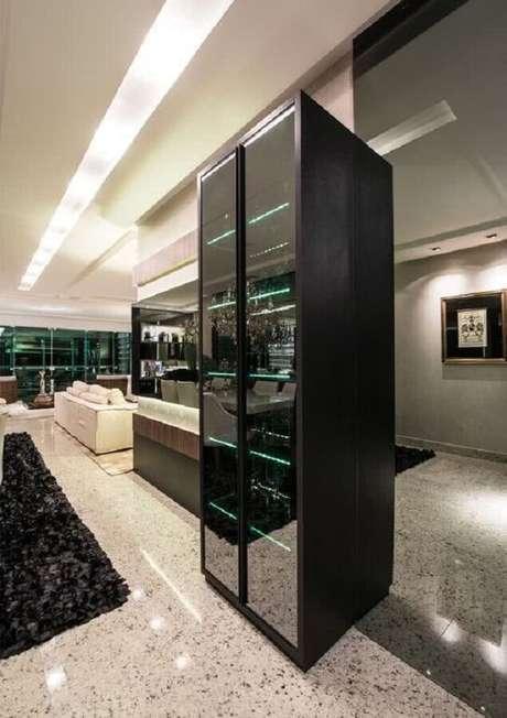 75. Decoração sofisticada com cristaleira moderna preta com prateleiras de vidro – Foto: Pinosy