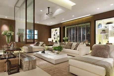 53. Teto com moldura de gesso com iluminação para sala de estar. Projeto por Quitete & Faria