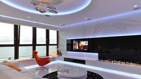 55. Teto com moldura de gesso na sala de estar moderna. Fonte: Freshome
