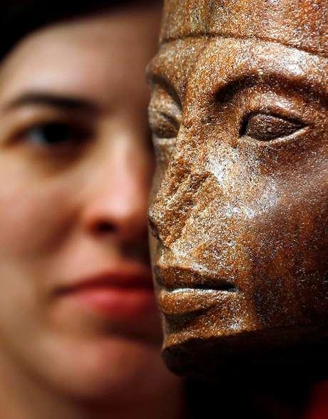 Laetitia Delaloye, chefe de antiguidades da Christie's, posa ao lado da obra em homenagem ao faraó egípcio Tutankamon, em Londres. 4/7/2019. REUTERS/Peter Nicholls