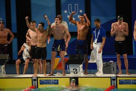 Equipe brasileira do revezamento 4x100m festeja a medalha de prata (Crédito: Saulo Cruz/CBDU/Divulgação)