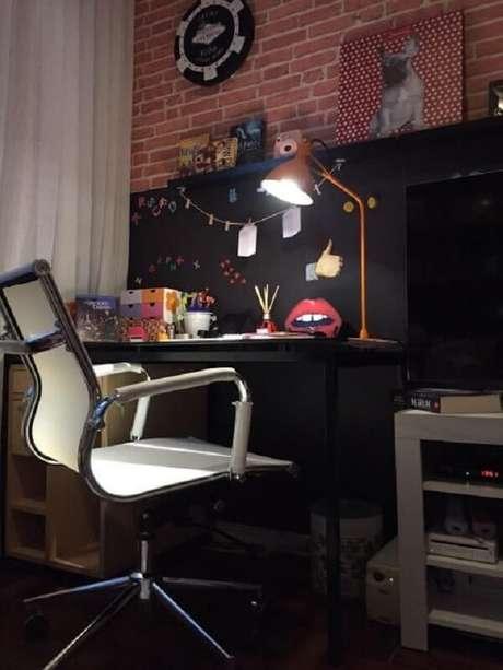18. A escrivaninha preta combina a decoração do quarto de solteiro. Projeto por Lucio Nocito