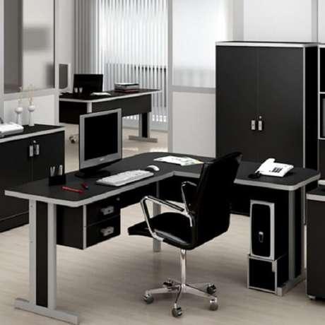 8. A escrivaninha preta em formato l é excelente para ambientes de escritório. Fonte: Pinterest