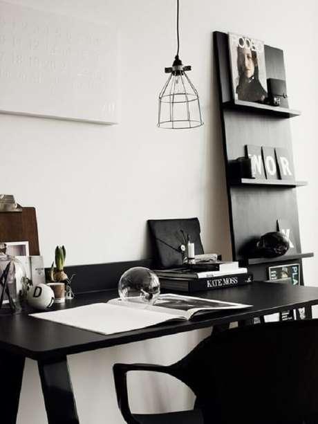 19. Ambiente de home office com escrivaninha preta e decoração minimalista. Fonte: Pinterest