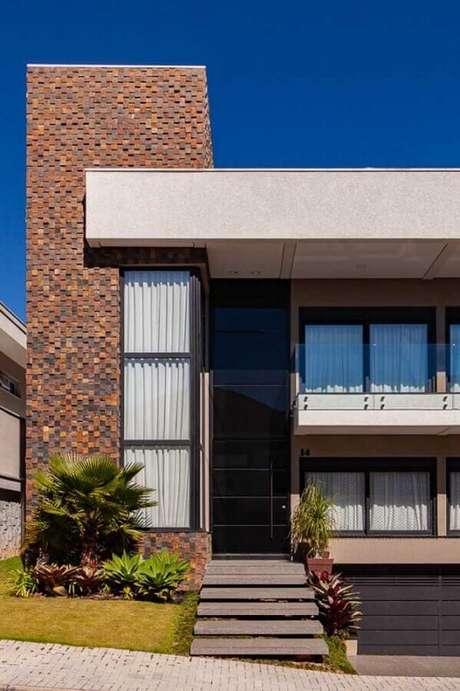 1. Arquitetura moderna para fachada com pedra ferro e muitas janelas – Foto: Pinterest