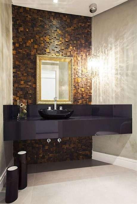 13. Decoração moderna para banheiro com bancada e cuba preta e revestimento pedra ferro – Foto: Homify