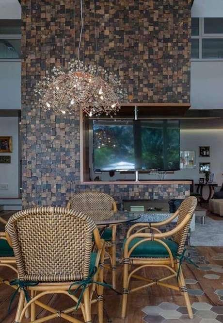 14. Casa moderna e ampla decorada com lustre arrojado e parede de pedra ferro – Foto: Mister Cryl Tintas