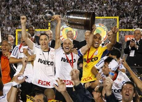 Jogadores do Corinthians comemoram a conquista da Copa Libertadores da América após derrotar o Boca Junior, da Argentina, por 2 a 0, no estádio do Pacaembu, na capital paulista