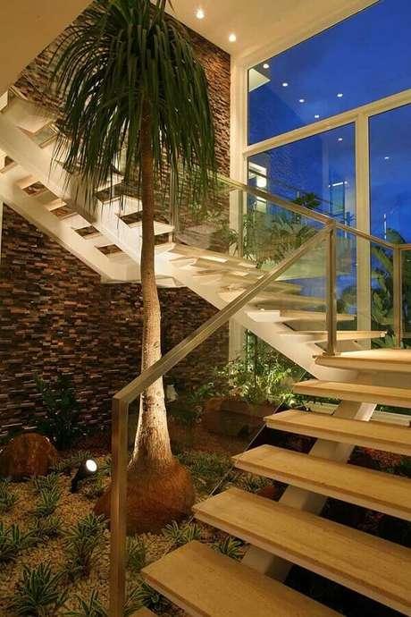 25. Decoração sofisticada com jardim embaixo da escada e com revestimento pedra ferro em filetes – Foto: Construindo e Reformando