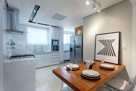 14. Os eletrodomésticos para cozinha podem ser organizados no cômodo de várias formas. Projeto por: Maria Laura Coelho