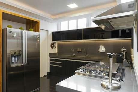 18. Eletrodomésticos para cozinha feitos em inox são modelos muito comuns. Projeto por: Suzana Knobel