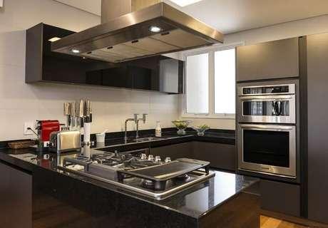 20. Muitos eletrodomésticos para cozinha acabam sendo os carros-chefe do cômodo. Projeto por: Eliane Carvalho