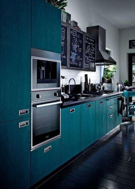 17. A depender da rotina da casa, muitos eletrodomésticos para cozinha podem ser necessários. Foto: Casa Vogue