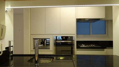 21. Fogão cooktop é um modelo de eletrodomésticos para cozinha muito moderno. Projeto por: Debora Nanni