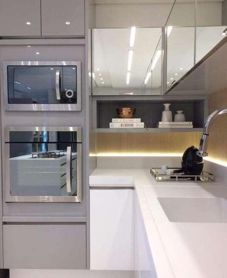 30. A bancada é ótima para compor o cômodo junto com os eletrodomésticos para cozinha. Foto: Tua Casa