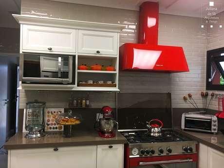 5. O vermelho é uma cor que vai muito bem em eletrodomésticos para cozinha. Projeto por: Juliana de Sá