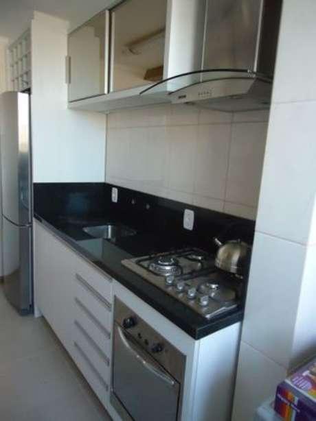 25. Cozinhas simples podem ficar lindas com os eletrodomésticos para cozinha certos. Projeto por: Elevo Arquitetura