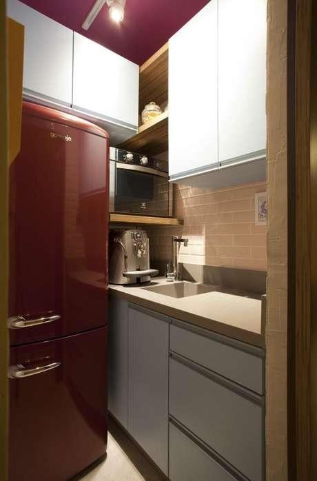 26. Geladeiras coloridas são eletrodomésticos para cozinha que dão vida ao cômodo. Projeto por: Juliana Pippi