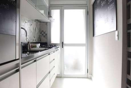 27. Quem possui cozinha compacta deve escolher os eletrodomésticos para cozinhas certos. Projeto por: Patrícia Campanari